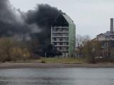 Hasiči likvidují požár uskladněného polystyrenu v rozestavěném hotelu v Dobříši