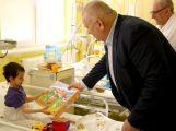Hejtman Petera navštívil příbramskou nemocnici, dětem rozdal hru o Středočeském kraji
