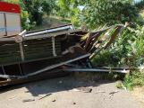 Po nehodě u Lhotky byla zdemolovaná autobusová zastávka, jeden z řidičů skončil v nemocnici