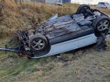 Po střetu dvou aut u Buku se jedno přetočilo na střechu