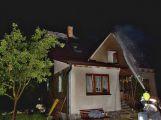 Blesk zapálil střechu domu ve Věšíně, hasiči měli 20 zásahů
