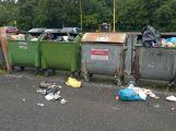 Foto dne: Bezdomovci dělají u popelnic nepořádek, TS ho uklízí