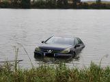 Auto skončilo v rybníce, řidič stihl vyplavat (VIDEO)