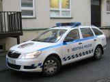Strážníci pronásledovali neosvětlený vůz, ten poté naboural