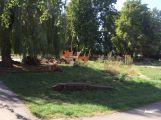 Práce na úpravě zahrad MŠ nabraly velký skluz, smluvní termín prý bude dodržen
