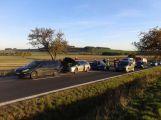 U obce Chraštice se srazila 3 auta, blokují dopravu