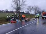 Vážná nehoda u Chraštiček: Autobus na boku a uzavřená silnice