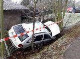 A další nehoda: Auto v Mixově ulici skončilo v příkopu
