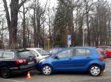 Řidička na parkovišti nabourala další dva vozy