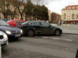 Na náměstí 17. listopadu se srazily dva vozy, naštěstí to odnesly jen plechy