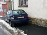 Koukla na telefon a nabourala do zaparkovaného vozu