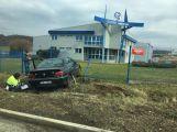 Kuriózní nehoda: Řidička probourala plot v Jinecké