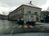 V ulici Čs. armády se srazily dva vozy, s opatrností průjezdné