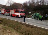 U Letů se vznítil zemědělský nakladač, blokuje silnici