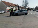 Řidička nedobrzdila před přechodem a narazila do vozu před sebou