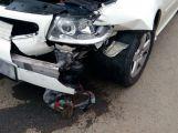 Dva vozy se srazily na kruhovém objezdu u Obi