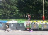 Občané si stěžují na odpadová hnízda v Čechovské ulici a kontejnery ve vozovce