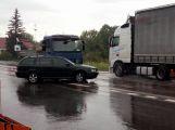 Průjezd Dubencem komplikuje nehoda osobního vozu a dodávky