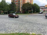 V Plzeňské prorazil olejovou vanu, skvrna byla až ke kruhovému objezdu