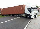 V Obořišti se utrhla krajnice s kamionem, počítejte s komplikacemi