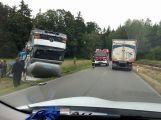 U Mokrovrat se převrátil nákladní vůz na střechu, počítejte s komplikacemi
