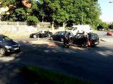 Na Dobříši se srazila dvě auta, hasiči řešili únik kapalin