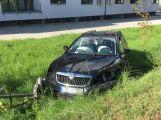 Nad Spartakem se srazila dvě auta, jedno skončilo v příkopu