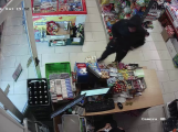 S nožem v ruce přepadl obchod, pátrá po něm policie