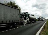 Nehoda tří nákladních vozů komplikuje dopravu po Strakonické