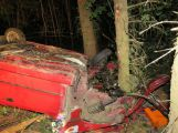 Auto spadlo ze šestimetrového srázu na střechu, na místo letěl vrtulník