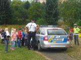 Policisté vysvětlovali školákům, jak správně přecházet komunikaci