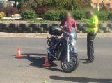 Na kruhovém objezdu u OBI se srazilo auto s motorkou