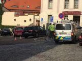 Na parkovišti v Dlouhé srazil osobní vůz chodce