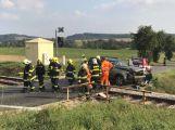 Další nehoda u Březnice. Na železničním přejezdu se srazil vůz s lokomotivou