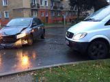 Na křižovatce ulic Edvarda Beneše a Politických vězňů se srazila tři auta