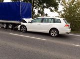 Volkswagen skončil pod přívěsem, doprava v Husově ulici kolabuje