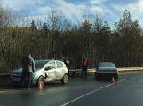Řidič dostal smyk na zledovatělé vozovce a narazil do protijedoucího vozu