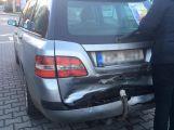 V Husově ulici se srazily dva vozy, provozu nebrání