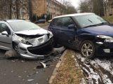 Kvůli nedání přednosti se srazily dva vozy v ulici Hornických učňů
