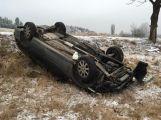 U obce Hluboš se obrátilo auto na střechu