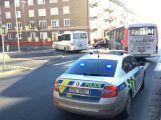 A zase ta křižovatka: U II. polikliniky se srazil osobní vůz s autobusem