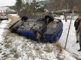 Nehoda v přímém přenosu: Auto u Jinců dostalo smyk a skončilo na střeše