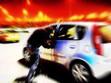 Opilý muž nechtěl čekat na autobus, tak ukradl auto