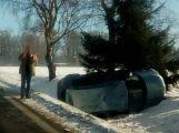 U Teslín skončilo auto na střeše