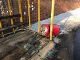 Foto dne: Vandalové si vybili vztek na autobusové zastávce