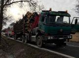 Další dopravní komplikace: Hasiči zasahují u kamionu za Višňovou, došlo u něj k zahoření