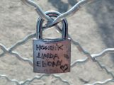 Brána lásky na Nováku přivítala první zámky zamilovaných