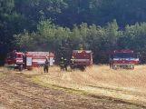 Požár pole hasili hasiči poblíž učiliště na Dubně