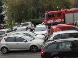 Parkovací chaos představuje možné ohrožení návštěvníků akcí i obyvatele okolních domů