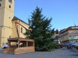 Vánoční strom v Příbrami dostává slavnostní kabát